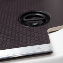 Plancher bois antidérapant Toyota Proace avec barres de seuil et coupelles de finition.