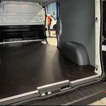 Habillage complet Renault Trafic : plancher en contreplaqué + parois en polypro + passages de roue en PEHD (option)