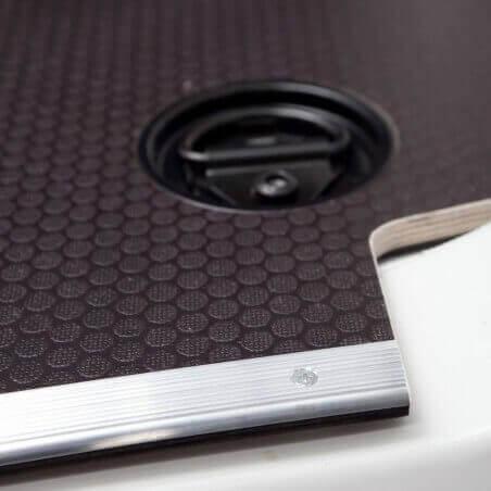Plancher bois antidérapant Nissan NV250 avec barres de seuil et coupelles de finition.