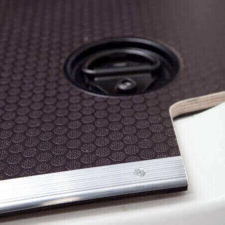 Plancher bois antidérapant Ford Connect L1 avec barres de seuil et coupelles de finition.